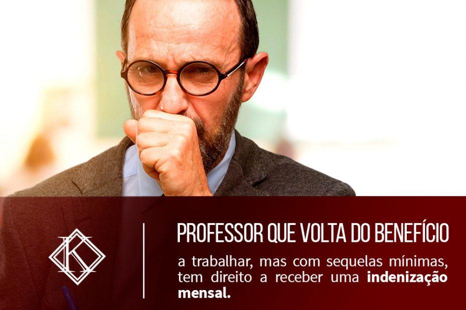 A imagem mostra um professor de idade elevada tossindo com a mão em sua boca. Ele provavelmente tem interesse sobre informações a respeito do auxílio acidente para professores.
