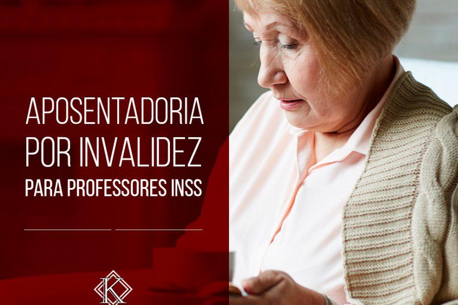 Na imagem há uma mulher de idade sentada, tomando café enquanto realiza uma leitura. A aposentadoria por invalidez também pode ocorrer na carreira dos profissionais da educação.