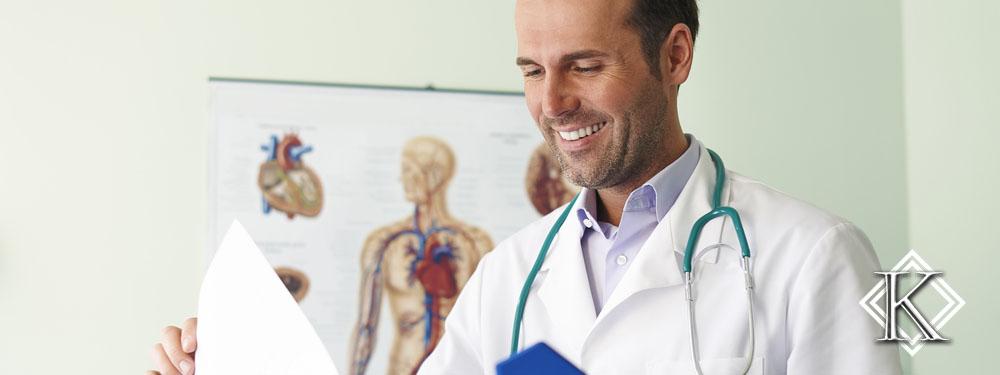 Médico sorrindo, com estetoscópio pendurado no pescoço e analisando uma pasta