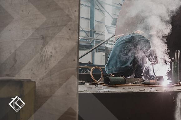 """A imagem mostra um metalúrgico trabalhando. A imagem ilustra a publicação """"Aposentadoria do Metalúrgico"""", da Koetz Advocacia."""