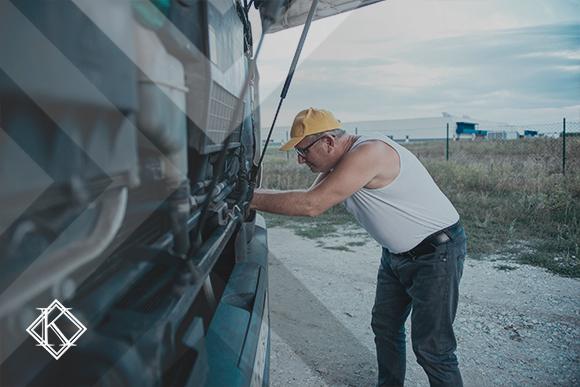 A imagem mostra um caminhoneiro fazendo algum ajuste no seu veículo, e ilustra a publicação