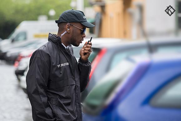 Homem com uniforme de vigilante
