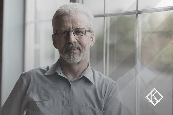 """A imagem mostra um homem olhando para a câmera e sorrindo, e ilustra a publicação """"Prefeitura cria o RPPS para servidores. Como fica minha aposentadoria?', da Koetz Advocacia."""