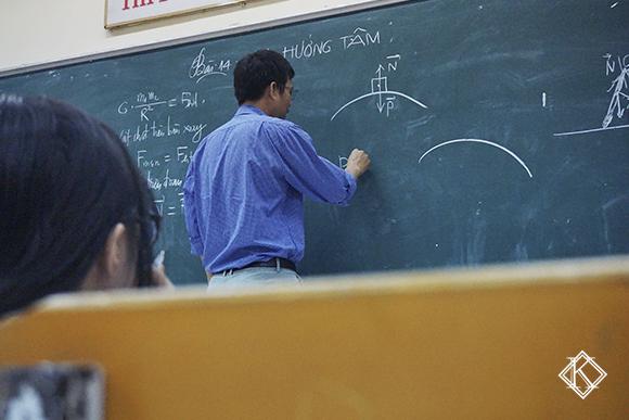 Um professor escrevendo no quadro