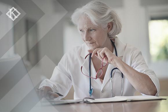 """A imagem mostra uma trabalhadora da saúde usando o computador. A Imagem ilustra a publicação """"Aposentadoria de servidor público com insalubridade"""", da Koetz Advocacia."""