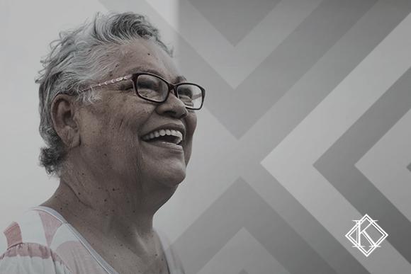 """A imagem mostra uma mulher sorrindo, e ilustra a publicação """"Reintegração de servidor aposentado: 4 possibilidades após a Reforma"""", da Koetz Advocacia."""