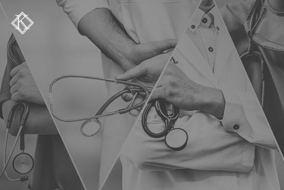 4 fotografias de profissionais da saúde vestindo jaleco branco e usando estetoscópio. As fotos aparecem dentro de formas geométricas triangulares. A imagem tem um filtro cinza de acordo com a identidade visual da Koetz Advocacia. No canto superior esquerdo está o logo da Koetz Advocacia. A imagem ilustra o texto