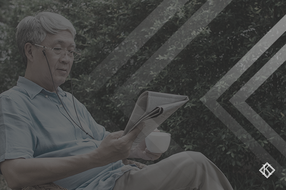 Homem sentado planejando aposentadoria