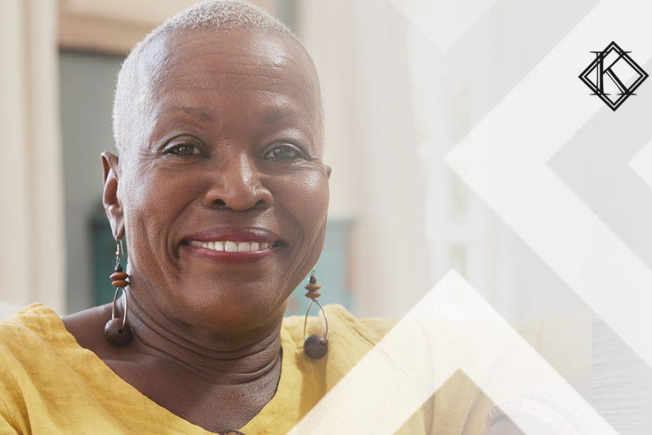 """A imagem mostra uma mulher sorrindo para a câmera, e ilustra a publicação """"Requisitos para conquistar a aposentadoria por idade"""", da Koetz Advocacia."""