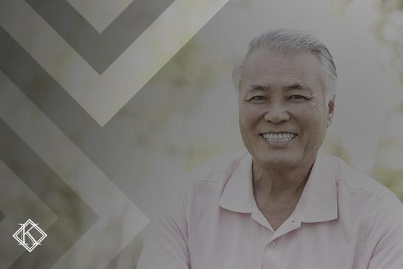 """A imagem é um retrato de um homem sorrindo. Ilustra a publicação """"Quais os tipos de naturalização para estrangeiros no Brasil?"""""""