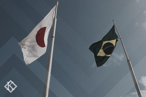 Bandeiras do Japão e do Brasil, ilustrando a publicação