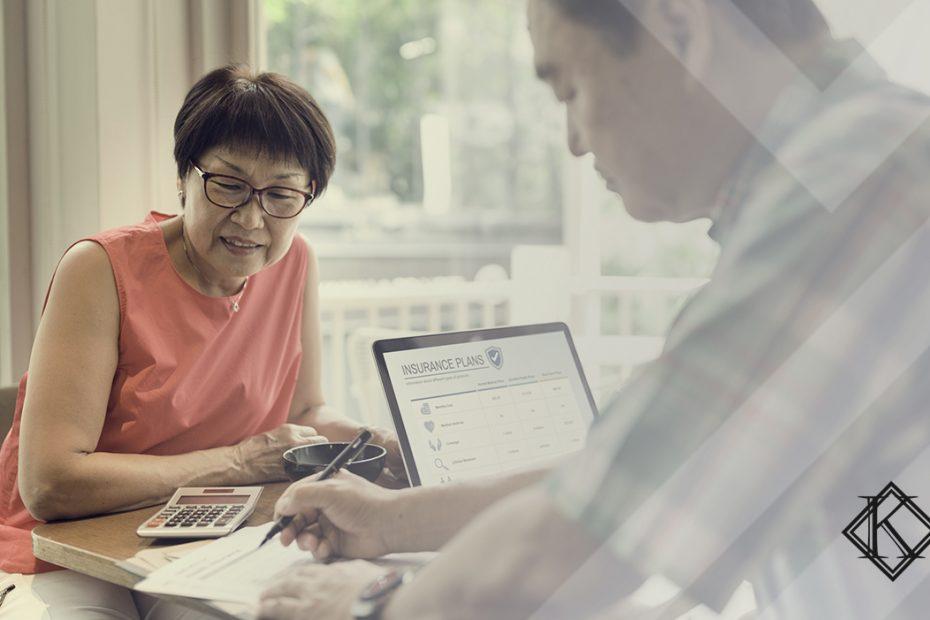 A imagem mostra um casal na mesa manipulando documentos, e ilustra a publicação