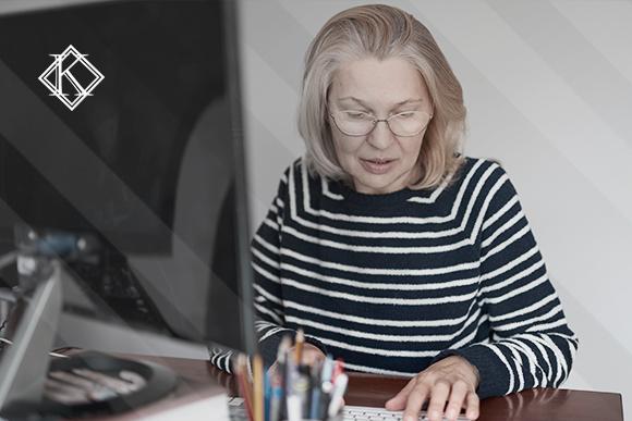 """Mulher usando o computador ilustrando a publicação """"Abono de Permanência do Servidor Público Federal"""" da Koetz Advocacia"""