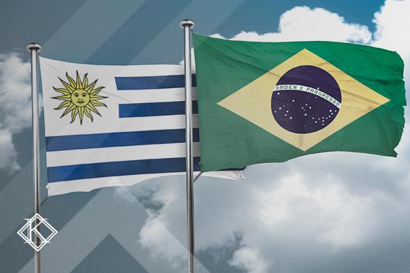 """Bandeiras do Brasil e do Uruguai. Ilustrando a publicação """"Acordo de Previdência entre Uruguai e Brasil"""", da Koetz Advocacia."""