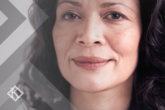 A imagem mostra de perto o rosto de uma mulher sorrindo, ilustrando a publicação
