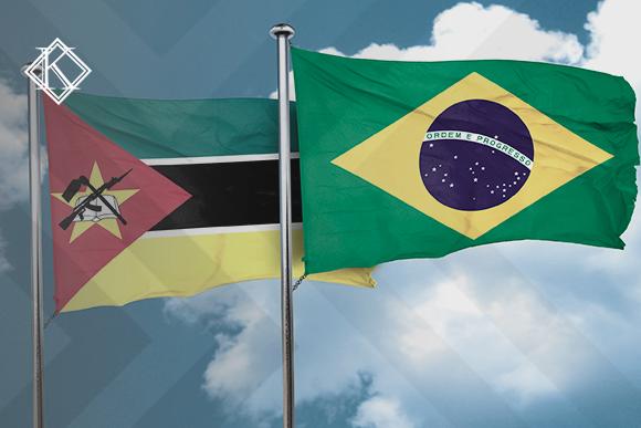"""A imagem mostra as bandeiras do Brasil e de Moçambique, e ilustra a publicação """"Acordo de Previdência Moçambique e Brasil em negociação e ratificação"""", da Koetz Advocacia."""