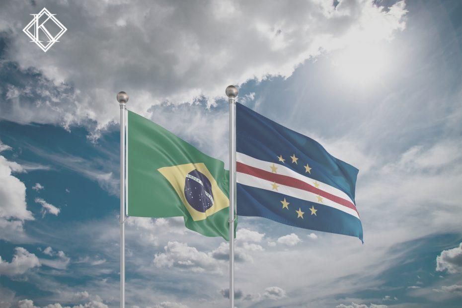 """A imagem mostra as bandeiras do Brasil e Cabo Verde, e ilustra a publicação """"Acordo de Previdência de Cabo Verde com o Brasil"""", da Koetz Advocacia."""