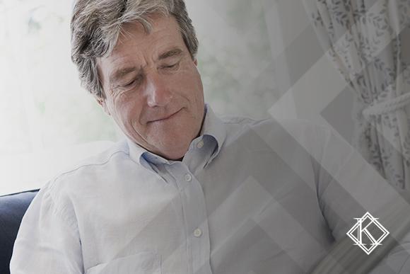 """A imagem mostra um homem em um ambiente de trabalho, e ilustra a publicação """"Aposentadoria do Servidor Público na Reforma da Previdência"""""""