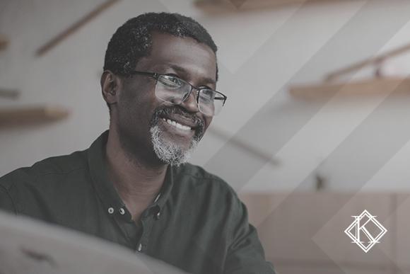 """A imagem mostra um homem sorrindo e ilustra a publicação """"Comprovante de profissional autônomo junto ao INSS: o que usar?"""", da Koetz Advocacia."""