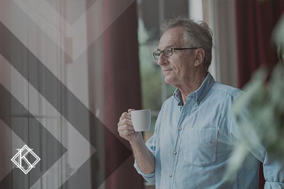 """A imagem mostra um homem olhando pela janela, ilustrando a publicação """"Nova reforma da previdência após um ano: quem ainda pode aposentar?"""", da Koetz Advocacia."""