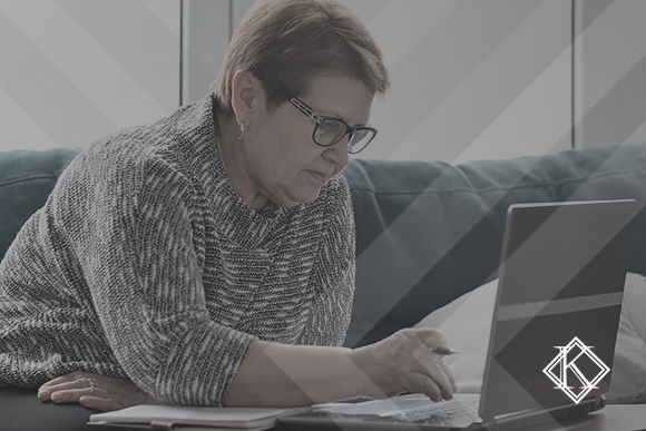 """A imagem mostra uma mulher lendo algo no seu computador. A imagem ilustra a publicação """"Como comprovar vínculo empregatício que não consta no INSS?"""", da Koetz Advocacia."""
