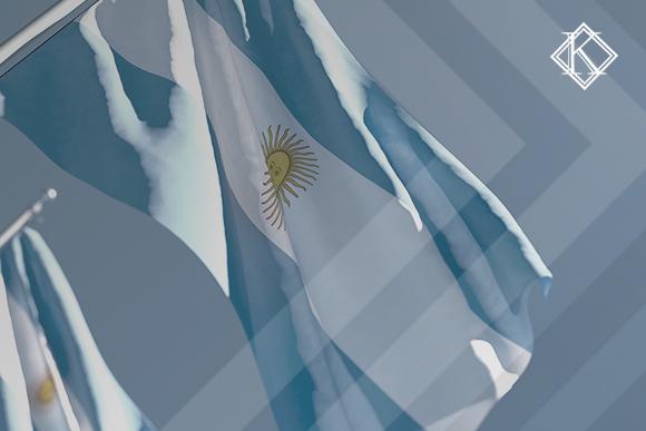 """A imagem mostra a bandeira da Argentina, e ilustra a publicação """"Como funciona a aposentadoria na argentina: regras e cálculo"""", da Koetz Advocacia."""
