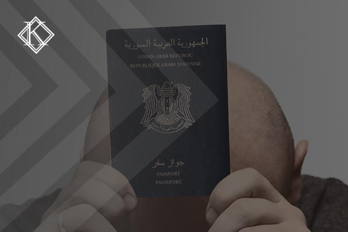 """Imagem de um homem careca segurando um passaporte sírio.A imagem tem um filtro cinza de acordo com a identidade visual da Koetz Advocacia. No canto superior esquerdo está a logo branca da Koetz Advocacia. A imagem ilustra o texto """"Visto humanitário no Brasil: o que é necessário para solicitar?"""""""