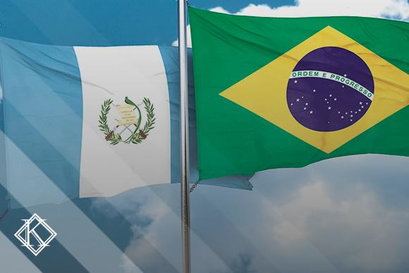 """A imagem mostra as bandeiras do Brasil e Guatemala. Ilustra a publicação """"Acordo de Previdência Guatemala e Brasil: já há direitos possíveis?"""", da Koetz Advocacia."""