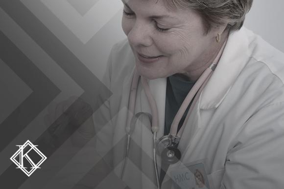 """A imagem mostra uma mulher aplicando uma injeção em um paciente. Ilustra a publicação """"Aposentadoria especial na enfermagem: saiba como conquistar a sua"""", da Koetz Advocacia."""