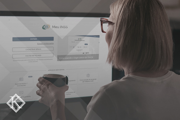 """A imagem mostra uma mulher acessando uma página do INSS, e ilustra a publicação """"Como consultar o INSS pelo CPF? Veja um passo a passo fácil"""", da Koetz Advocacia."""