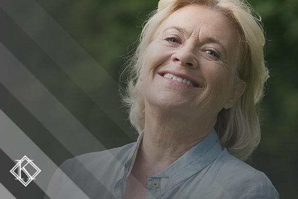 """A imagem mostra uma mulher sorrindo, e ilustra a publicação """"Direito adquirido na aposentadoria especial: quem tem e como pedir?"""", da Koetz Advocacia."""