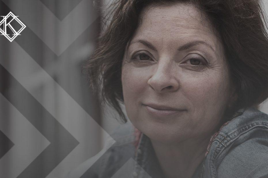 A imagem mosra uma mulher sorrindo, e ilustra a publicação