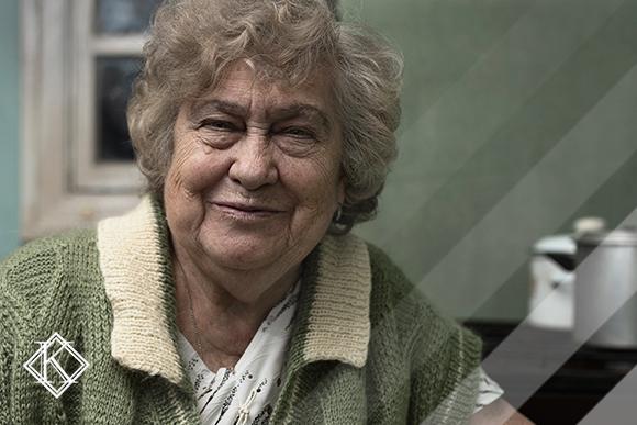 """A imagem mostra uma mulher sorrindo, e ilustra a publicação """"Quem tem direito à aposentadoria por idade? Ela acabou?"""", da Koetz Advocacia."""
