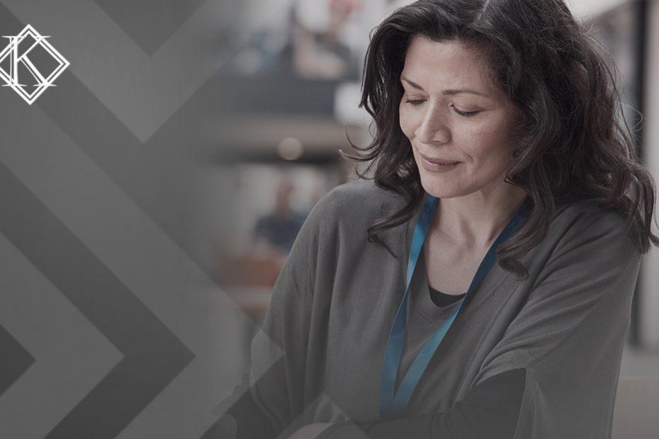 """A imagem mostra uma mulher sentada à mesa de um espaço de trabalho, e ilustra a publicação """"Servidor aposentado pelo INSS pode continuar trabalhando?"""", da Koetz Advocacia."""