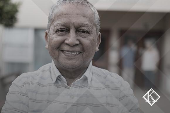 A imagem mostra um homem sorrindo e ilustra a publicação