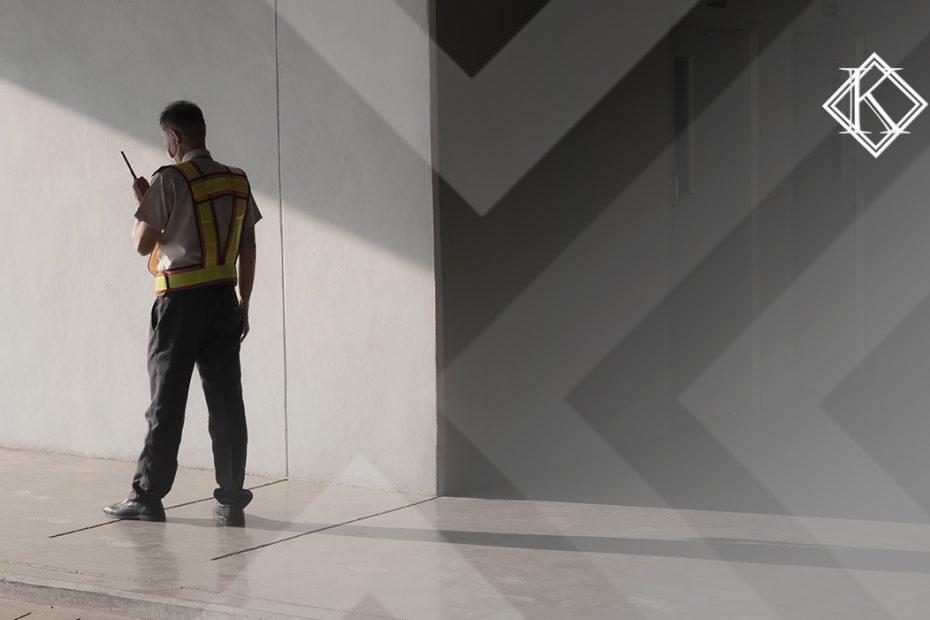"""A imagem mostra um vigilante parado de pé, e ilustra a publicação """"Vigilante tem direito à aposentadoria especial após a reforma?"""", da Koetz Advocacia."""
