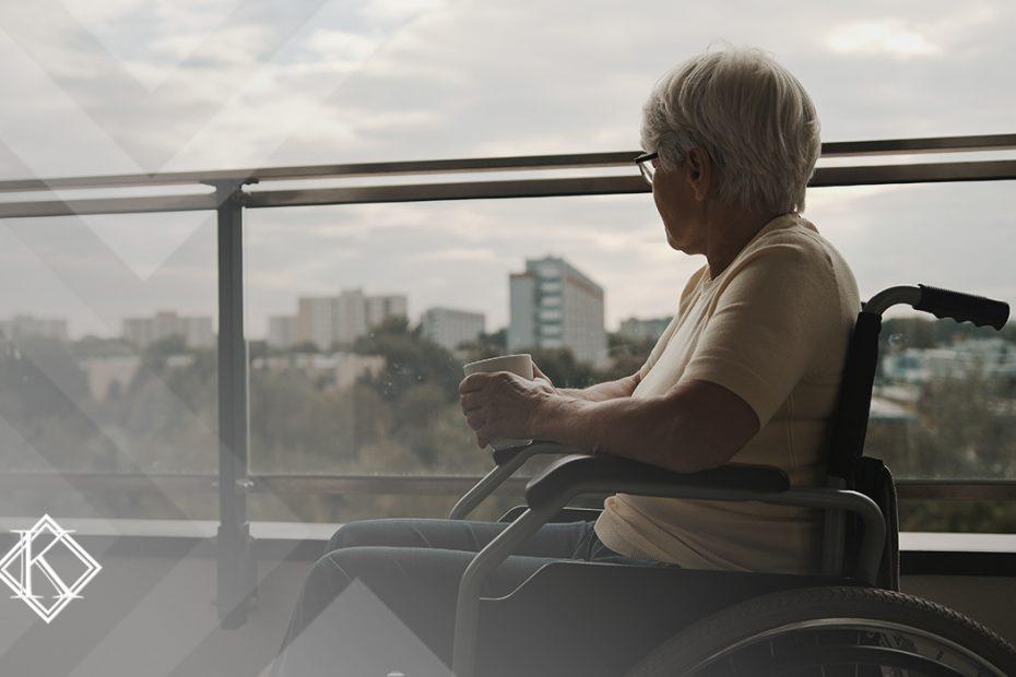 """A imagem mostra uma mulher de cadeira de rodas, tomando um café ou chá na varanda, e ilustra a publicação """"Aposentadoria da pessoa com deficiência por idade, quais as regras?"""", da Koetz Advocacia."""
