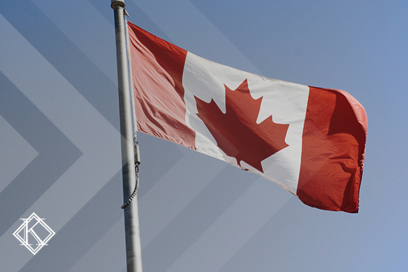 """A imagem mostra a bandeira do Canadá, e ilustra a publicação """"Aposentadoria no Canadá: idade e regras para estrangeiros"""", da Koetz Advocacia."""