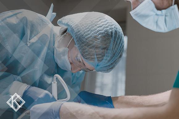 """A imagem mostra uma dentista e um assistente trabalhando, e ilustra a publicação """"Aposentadoria para auxiliar de dentista: é possível obter pela Especial?"""", da Koetz Advocacia."""