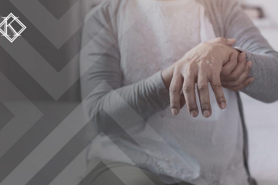 """A imagem mostra a mão debilitada de uma pessoa. Ilustra a publicação """"Aposentadorias por incapacidade permanente no RPPS"""", da Koetz Advocacia."""