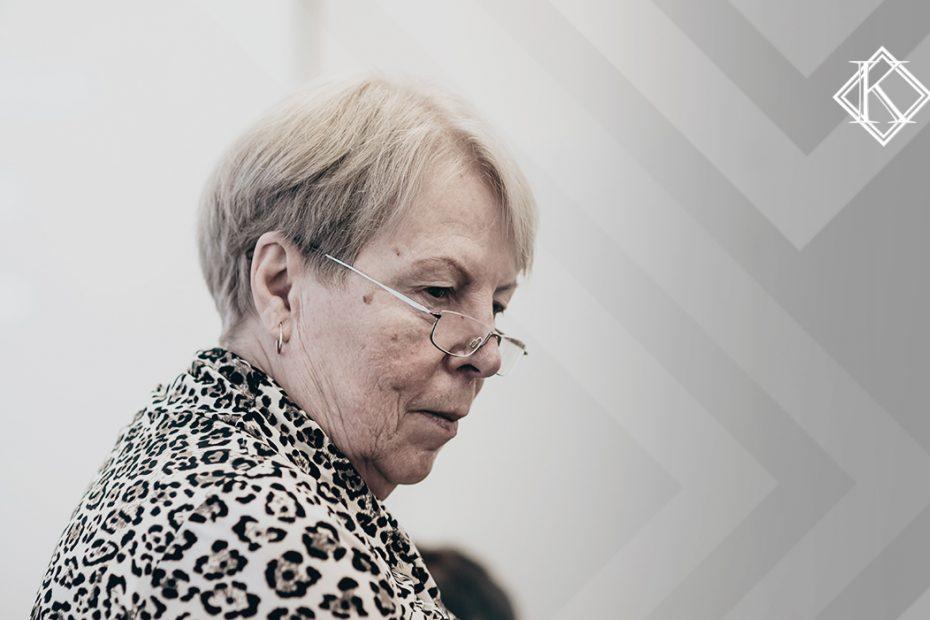 """A imagem mostra uma mulher concentrada, em pé. Ilustra a publicação """"É possível se aposentar pelo Estado e pelo INSS?"""", da Koetz Advocacia."""