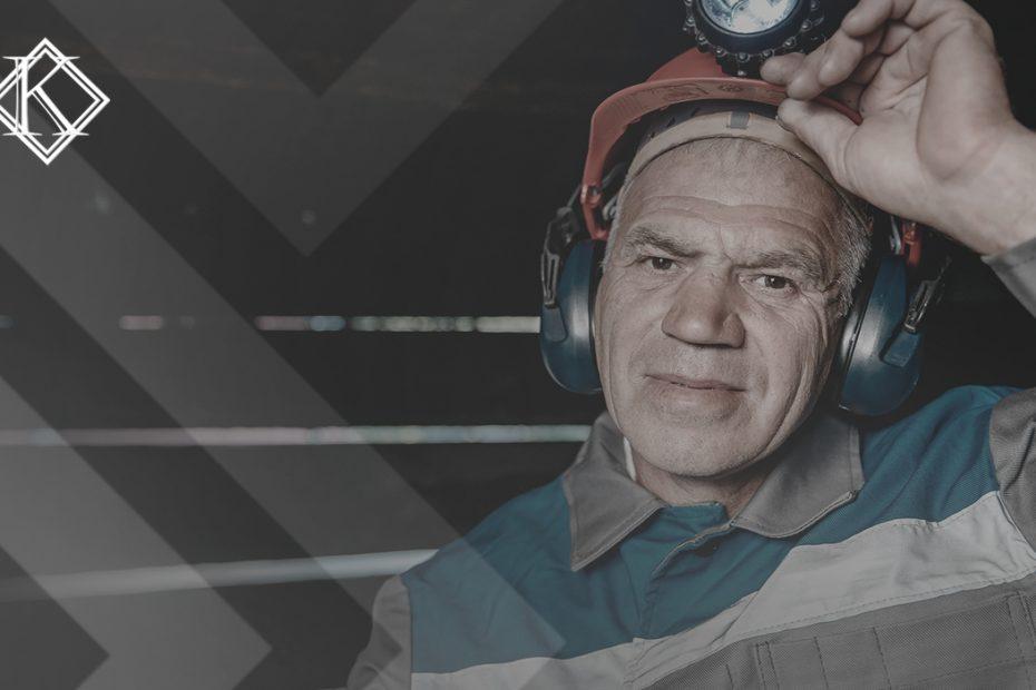 """A imagem mostra um minerador olhando para a câmera, e ilustra a publicação """"Grau de insalubridade muda o valor da aposentadoria?"""", da Koetz Advocacia."""