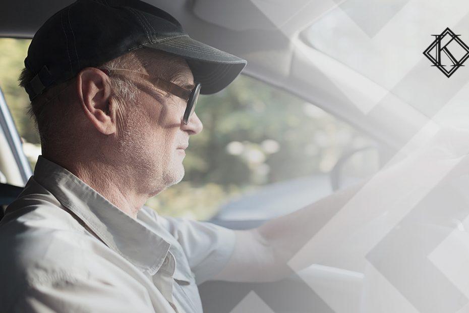 """A imagem mostra um homem dirigindo, e ilustra a publicação """"O que fazer quando a empresa não fornece PPP para aposentadoria?"""", da Koetz Advocacia."""