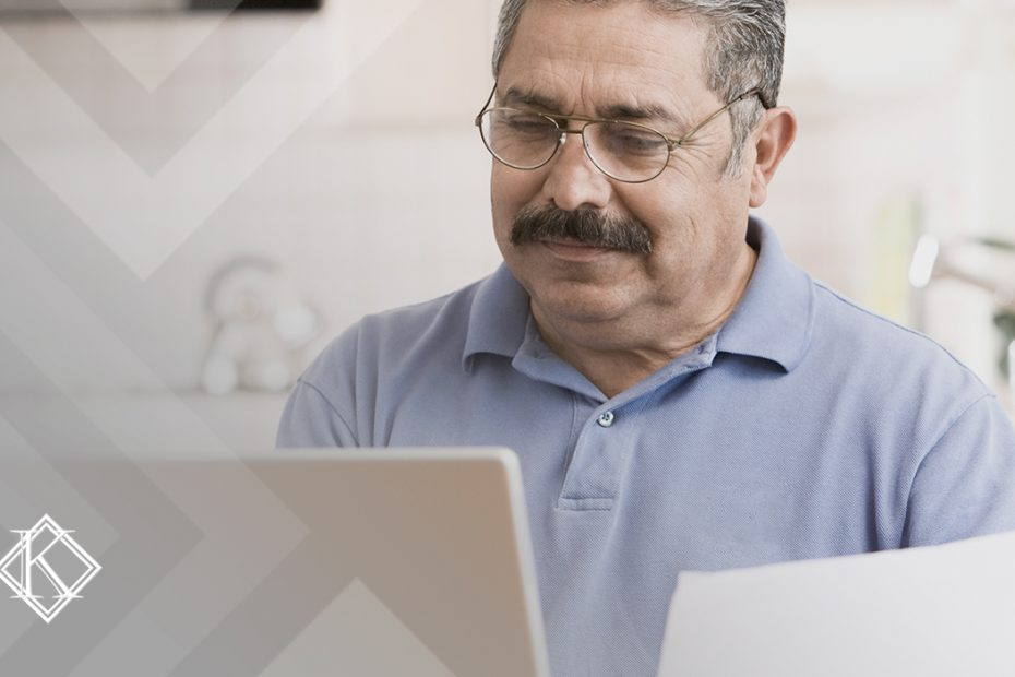 """A imagem mostra um homem utilizando o computador, e ilustra a publicação """"PPP de empresa fechada, o que fazer?"""", da Koetz Advocacia."""