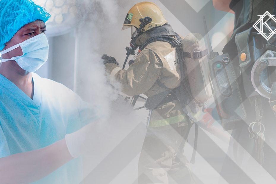 A imagem mostra diferentes profissionais que trabalham em condições de perigo ou insalubridade: um bombeiro, um policial e um médico. A imagem ilustra a publicação