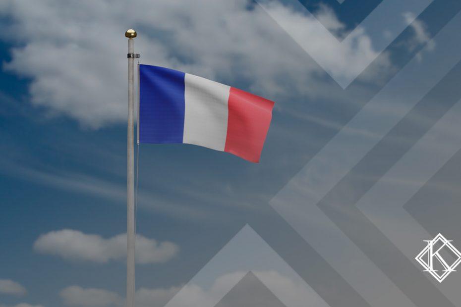"""A imagem mostra uma bandeira da França, e ilustra a publicação """"Aposentadoria na França para brasileiros: quais são as regras?"""", da Koetz Advocacia."""
