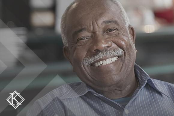 A imagem mostra um homem sorrindo, e ilustra a publicação