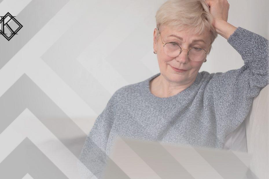 """A imagem mostra uma mulher sorrindo, usando o computador, e ilustra a publicação """"Tempo fictício na aposentadoria de servidor público: entenda"""", da Koetz Advocacia."""