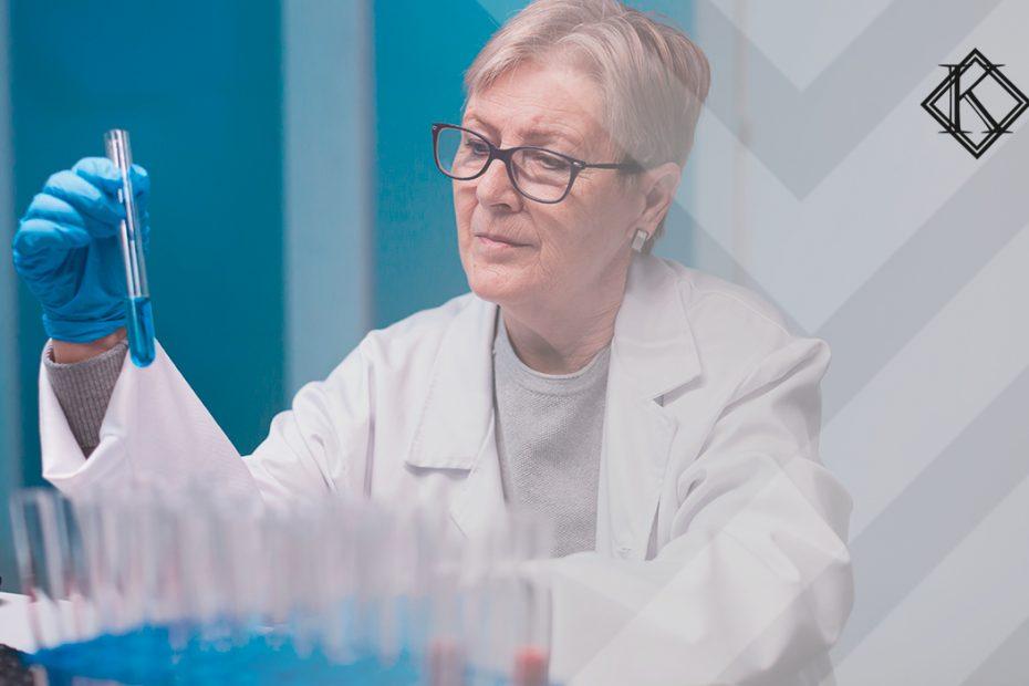 A imagem mostra uma profissional laboratorista e ilustra a publicação
