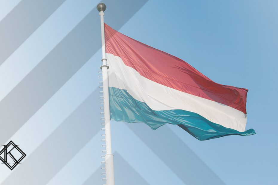 """A imagem mostra uma bandeira de Luxemburgo, e ilustra a publicação """"Aposentadoria em Luxemburgo é possível para brasileiros?"""", da Koetz Advocacia."""